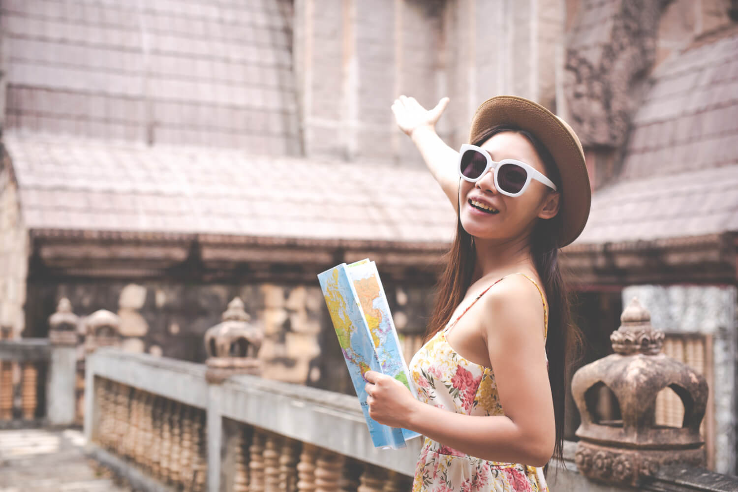 girl-holds-tourist-map-old-town (1)